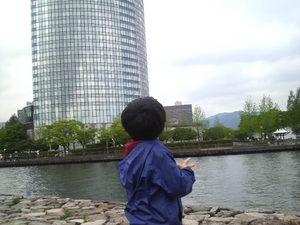 ホテルを見上げる息子