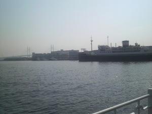 大きな船とベイブリッジ
